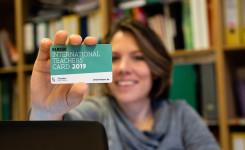 Foto vrouw toont lerarenkaart